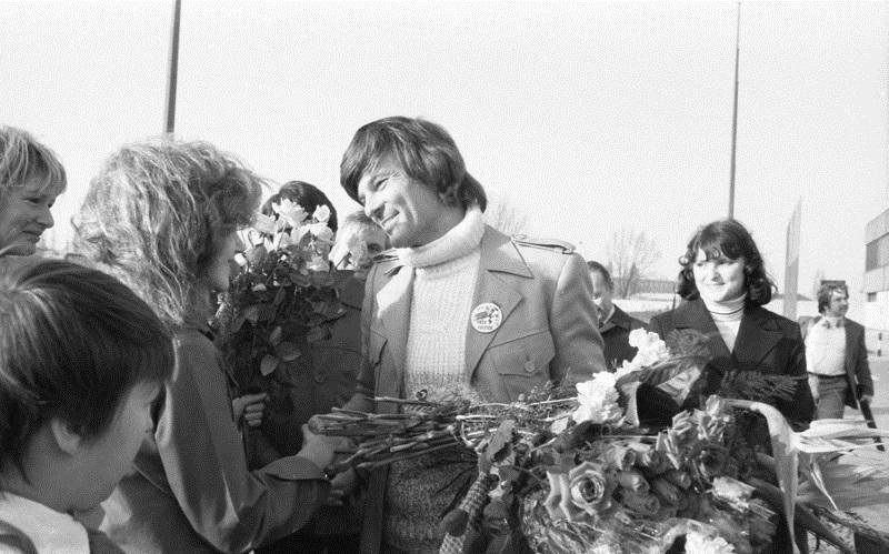 ADN-ZB/Mittelstädt: 19.11.78/B/Berlin: Rückkehr von Dean Reed Dem bekannten Sänger, Schauspieler und Friedenskämpfer Dean Reed wurde heute auf dem Flughafen Berlin-Schönefeld bei seiner Rückkehr in die DDR ein überaus herzlicher Empfang zuteil. Reed, der zusammen mit anderen während einer Farmer-Demonstration verhaftet worden war, mußte vom Gericht in Buffalo auf Grund der Haltlosigkeit der Anklage und auch unter dem Eindruck der weltweiten Proteste gegen Willkürakt freigesprochen werden.